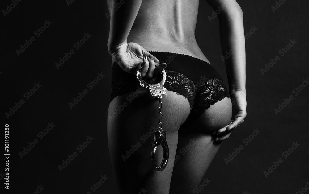 Fototapety, obrazy: Seksowny tyłeczek i kajdanki