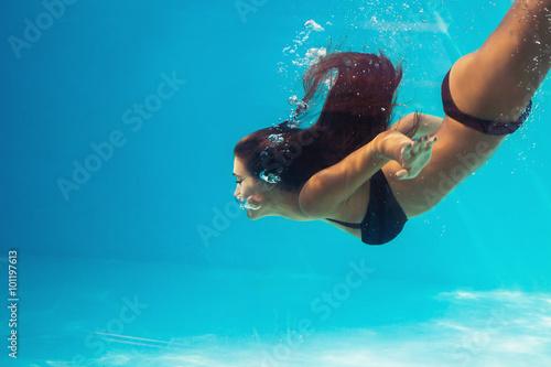 Femme plongée dans la piscine Poster Mural XXL