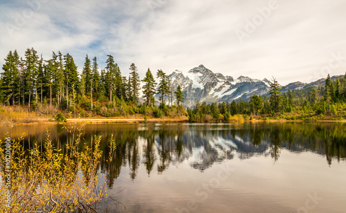 Foto auf Gartenposter Reflexion scenic view of mt Shuksan when sunset with reflection in the water.
