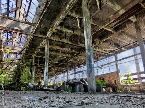 Papiers peints Les vieux bâtiments abandonnés Abandoned factory with broken windows and growing weeds - landscape photo