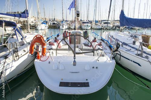 Fotografía  barche a vela nel porto di ostia vicino Roma Italia