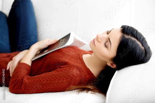 Deurstickers Ontspanning Hübsche Frau liest Buch uns schläft ein