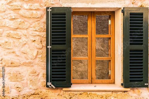 Obraz na płótnie ciemne okiennice i drewniane okno