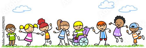 Aktive und behinderte Kinder spielen in der Natur - 101296235