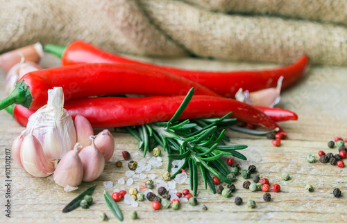 skladniki-kuchni-srodziemnomorskiej-czosnek-pieprz-rozmaryn-i-przyprawy-na-starym-drewnianym-stole