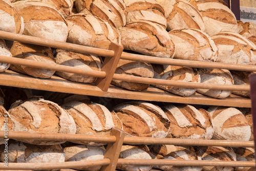 fototapeta na szkło Regal voll Brot beim Bäcker