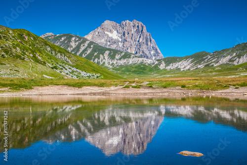 Платно Gran Sasso mountain lake, Campo Imperatore, Italy