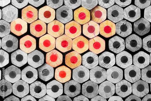 czerwone-olowki-w-ksztalcie-serca-wsrod-czerni-i-bieli