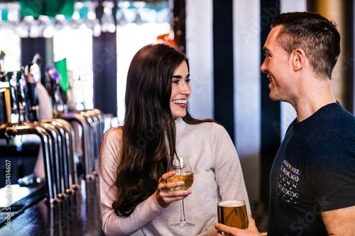 Photo  Cute couple talking in a bar