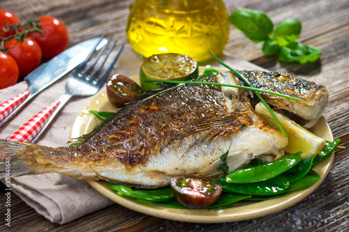 obraz dibond Grilled sea bream fish