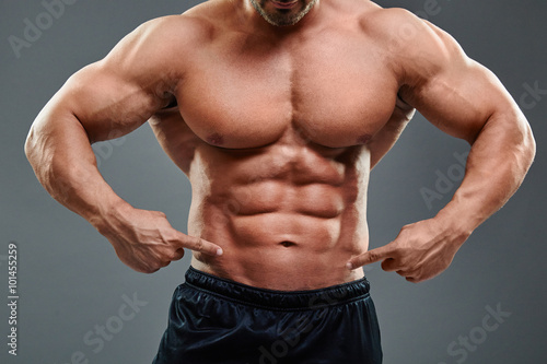 Fotografía  shirtless man pointing at abs
