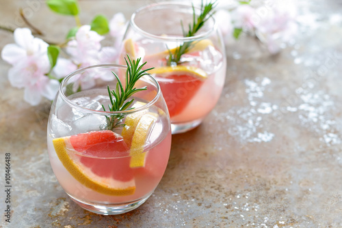 Valokuva  Grapefruit and rosemary drink, alcohol or non-alcohol cocktail or infused water
