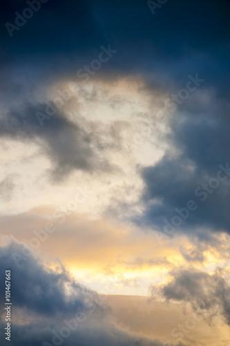 chmury-z-zachmurzonym-niebie