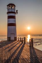 Holzsteg Mit Leuchtturm Im Winter Vor Gefrorenem See Im Sonnenuntergang