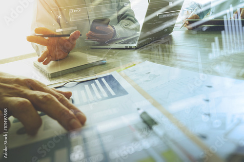 Fotografía  Documentos de negocios en la mesa de oficina con teléfono inteligente y un orden