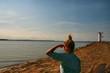 Frau schaut übers Meer