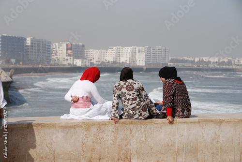 Fotografie, Obraz  Marokko - junge Frauen am Strand von Casablanca