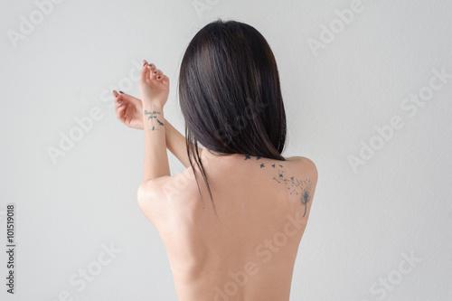 Plakat tył dziewczyny z tatuażem
