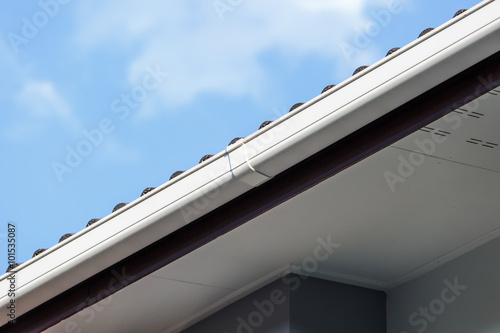 In de dag Milan White gutter on the roof top of house