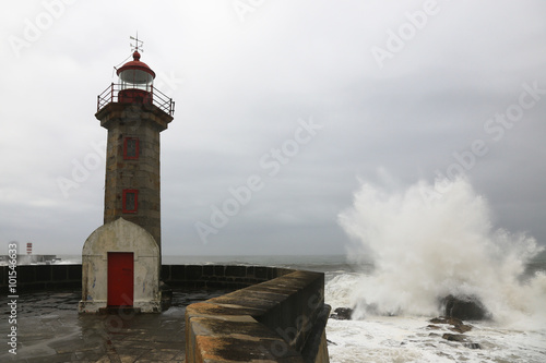 Photo sur Toile Phare Lighthouse and a big wave