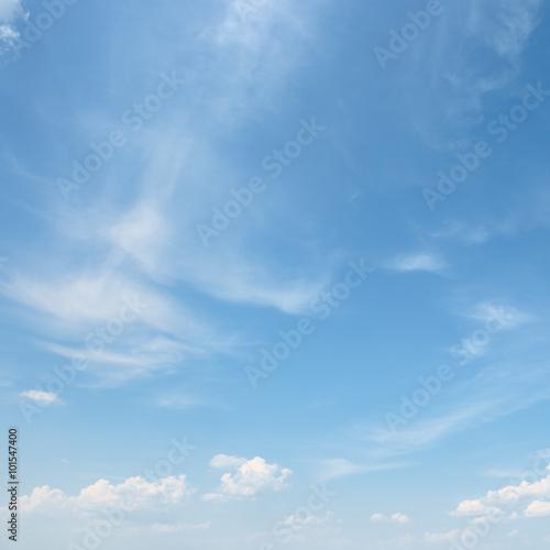 biala-chmura-na-niebieskim-niebie
