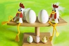 Vrolijke En Kleurrijke Foto Van Kippen En Eieren Op Een Groene Achtergrond.