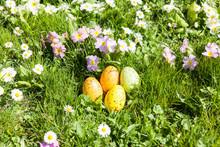 Oeufs De Paques Colorés Cachés Dns Le Jardin Entre Les Fleurs Et L'herbe