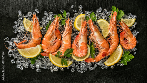 Poster Coquillage Cooked prawns served on black stone