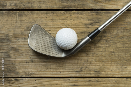 Plakat piłeczka golfowa i golf club na starym stole drewna