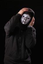 Depressiver Maskierter Mann Hält Sich Kopf