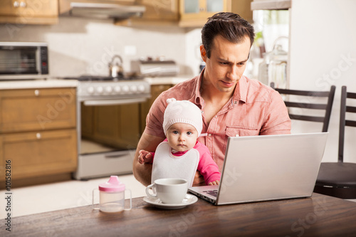 Fotografía  Young single dad working at home with his baby