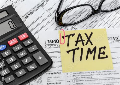 Fotografía  Formulario de impuestos con callculator y gafas