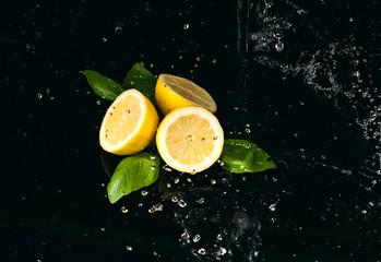cytryna polana wodą na czarnym tle