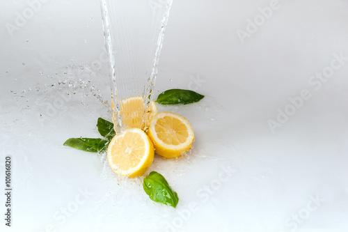 cytryny polane wodą na białym tle