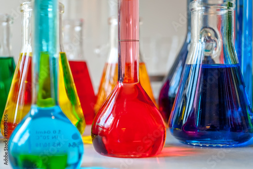 Fotografia  Such a nice color alignment with chemicals and chemistry glassware