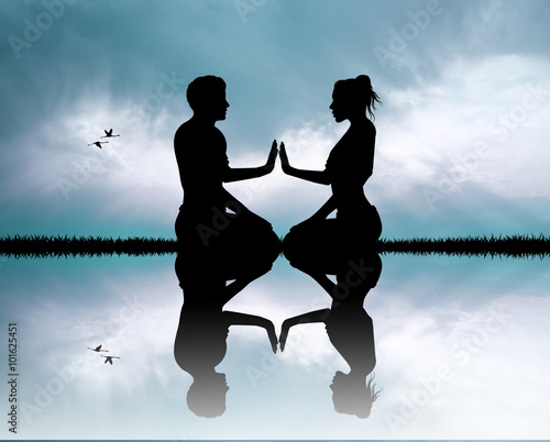 Fotomural couple doing yoga silhouette at sunset