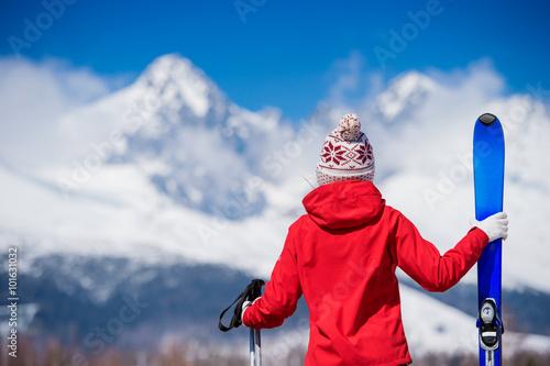 Photo Young woman skiing