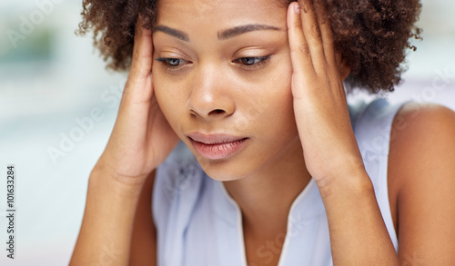 Fotografía  close up of african young woman touching her head