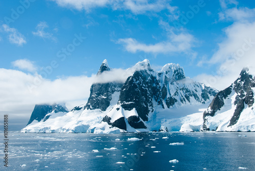 Foto op Canvas Antarctica Mountains of Antarctica in a beautiful sunny day