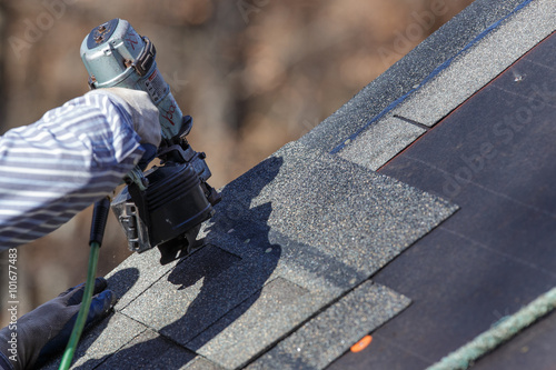 Fotografia Attaching shingles to the roof.
