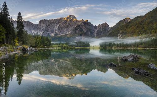 Panorama wysokiej rozdzielczości jeziora w Alpach #101682412