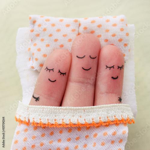 Fotografia  Finger art. Happy man sleeps with two women.