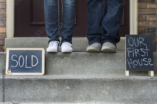 Fotografia, Obraz  couple on doorstep of new home
