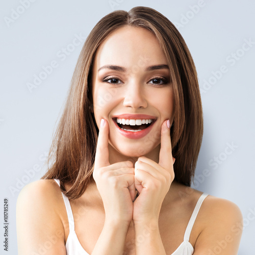 Fotografia  young woman showing smile