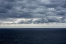 Cielo Minaccioso Di Temporale Sul Mare Nero Pece,