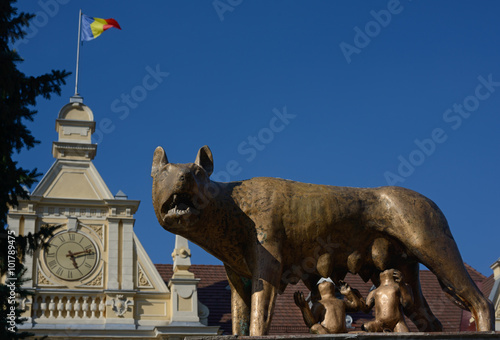 Fotografija  feeding she-wolf monument in Brasov