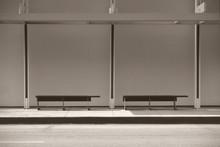 Moderne Bushaltestelle / Eine Moderne Bushaltestelle Mit Einer Überdachung Und Sitzbänken.