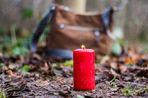 Keuken foto achterwand Begraafplaats Handtasche im Wald