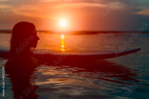 Photo  Silhouette surfer woman with surfboard at sunset
