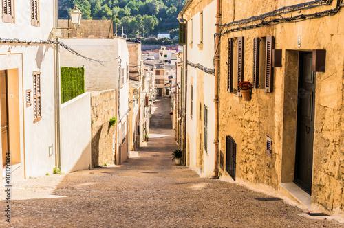 Poster Smal steegje Narrow street in an mediterranean old town